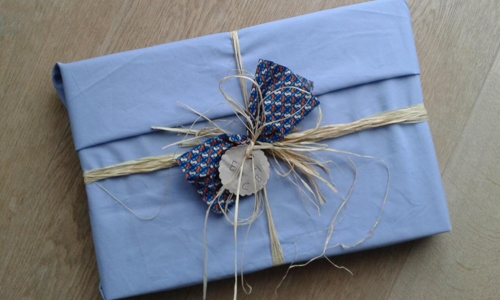 Geschenk in Stoff verpackt